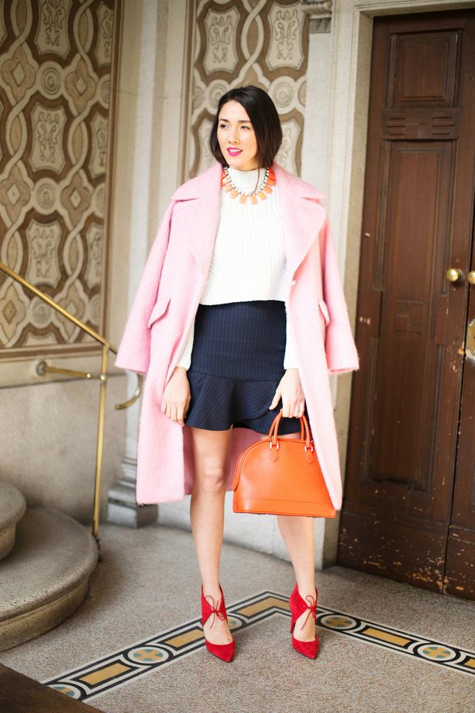 Diana Enciu poarta Haina roz Asos cu geanta Louis Vuitton, pantofi si fusta ZARA cu colier JCREW si pulover H&M la Milan Fashion Week