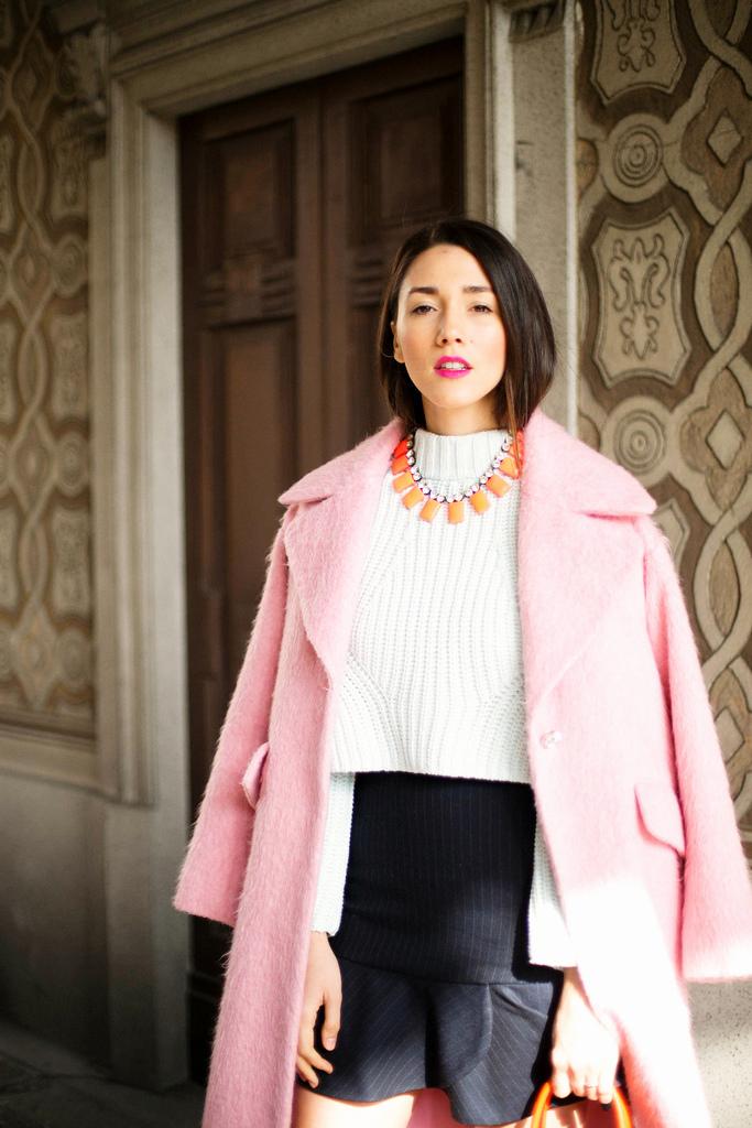 Diana Enciu stilist personal de moda poarta haina Asos roz pal cu colier JCREW si pulover H&M la MFW