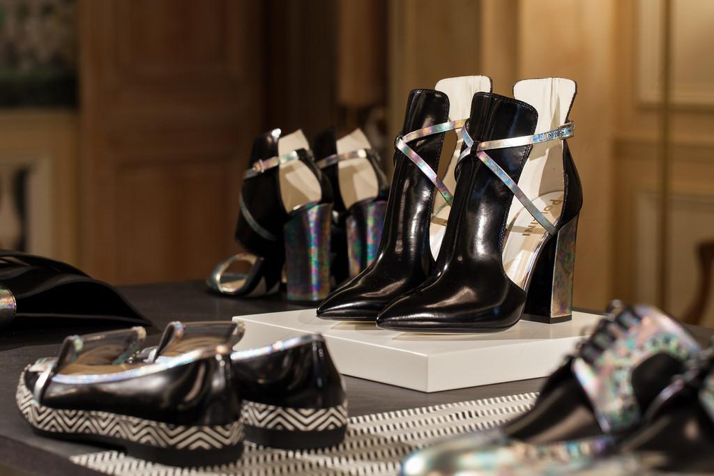 Pantofi negri cu toc inalt si balerini albi-negri marca Pollini by Nicholas Kirkwood