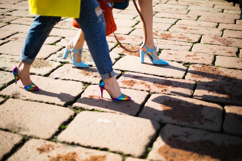 Consultant personal moda poarta Zara pantofi cu toc Zara si pantofi albastri Coca Zaboloteanu cu geanta rosie Louis Vuitton si H&M blugi la Milan Fashion Week