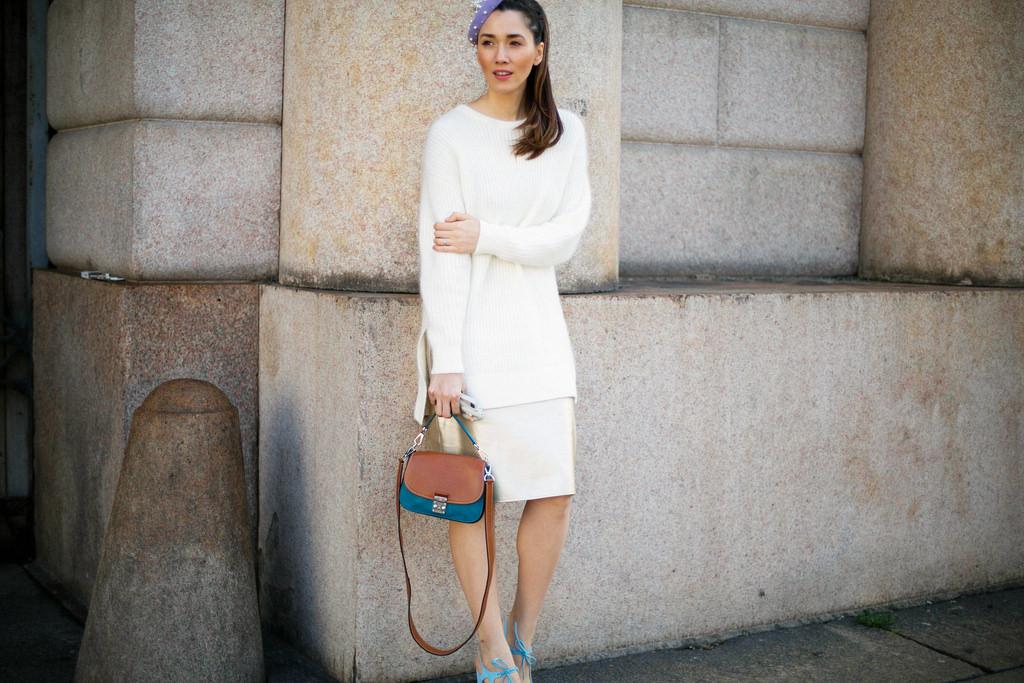 Personal shopper Diana Enciu poarta la MFW pulover H&M cu geanta albastra maro Louis Vuitton, bereta Kristina Dragomir, fusta Eugenia Enciu si pantofi albastri cu toc.