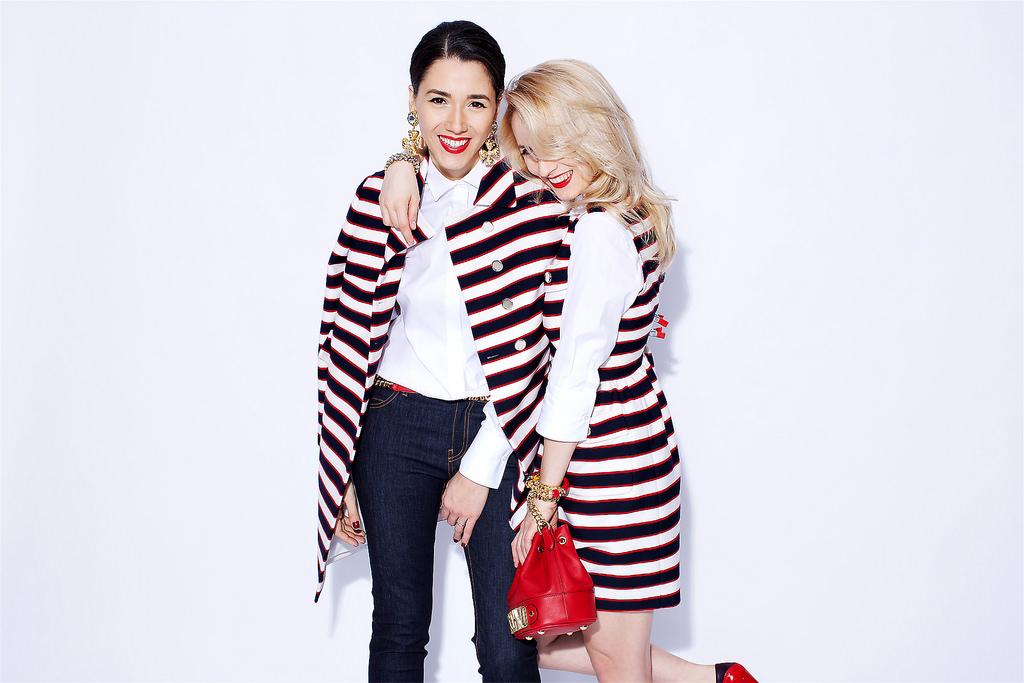 Expert moda poarta cercei escada, pantofi rosii casadei si geanta rosie moschino