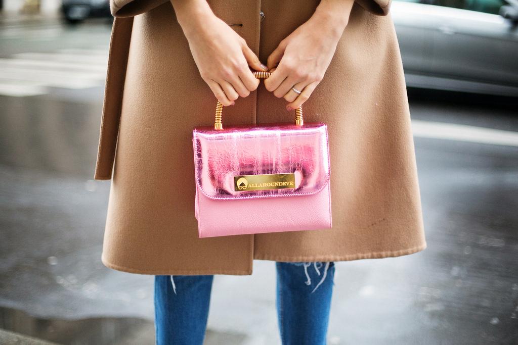 Sfaturi de stil 2014 Paris: geanta de mana Allaroundeve cu haina camel Eugenia Enciu si pantaloni Asos