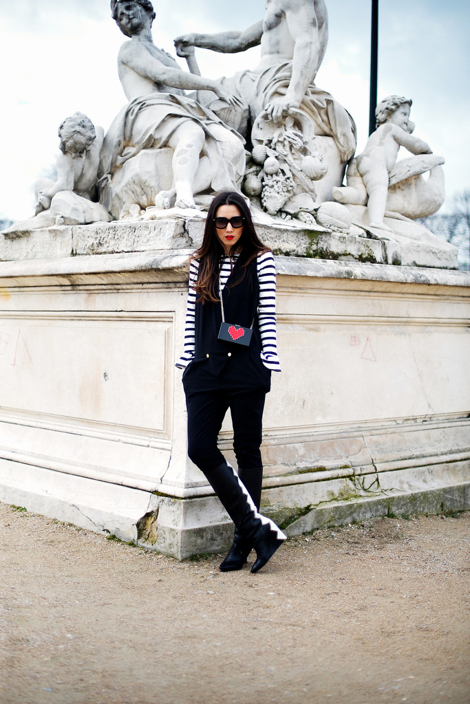 Sfaturi de moda de la Paris Fashion Week haina Stefanel Camel, palarie Love Me, ochelari Gucci from Optiblu, bluza top Zara Mickey, pantofi Coca Zaboloteanu, fusta Nicole Enea Lace, geanta Clutch Le Petits Joueurs