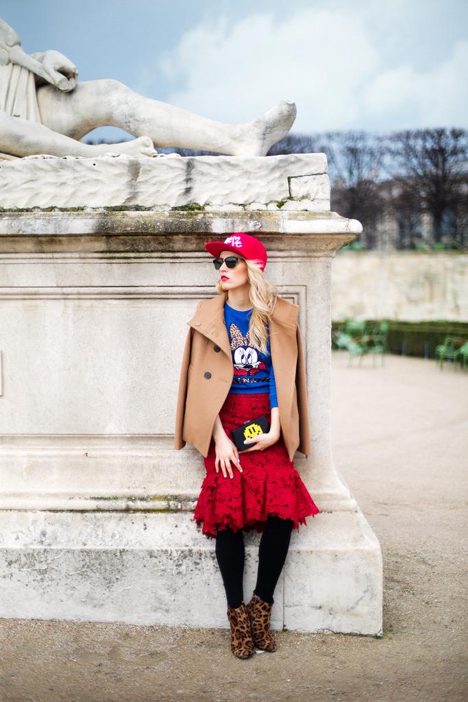 Moda de strada la Paris Fashion Week cizme Greymer, ochelari Tom Ford de la Ottica Mutti, geanta Clutch Le Petits Joueurs, bluza top Zara Stripe