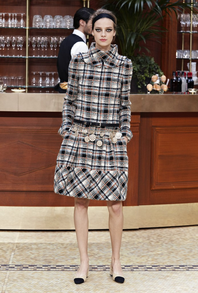 CHANEL_Fall-Winter_2015-2016 Ready-to-Wear_collection_fabulous_muses_2015 trends_chanel_brasserie (6)
