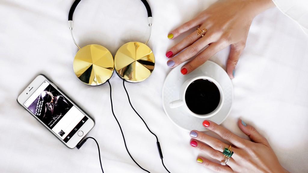 fabulous muses_diana enciu_alina tanasa_quick mobile_frend headphones_iphone6_best fashion gadgets (10 (1)