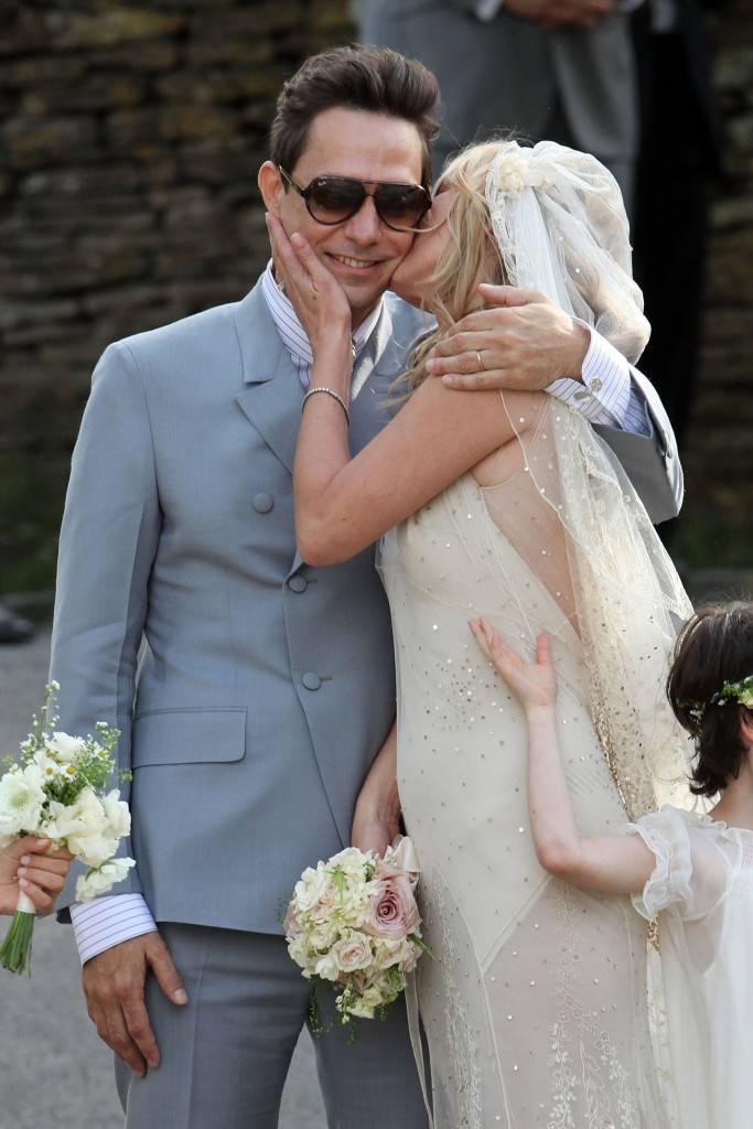 Kate-Moss-Jamie-Hince-Wedding-Pictures-Kate-Moss-Galliano-Wedding-Dress (2)