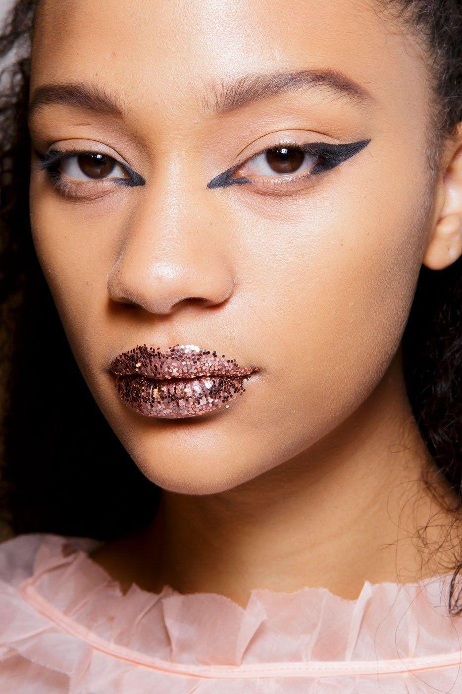 1_glitter_lips_fendi_top_5_beauty_trends_ss_2017_fabulous_muses