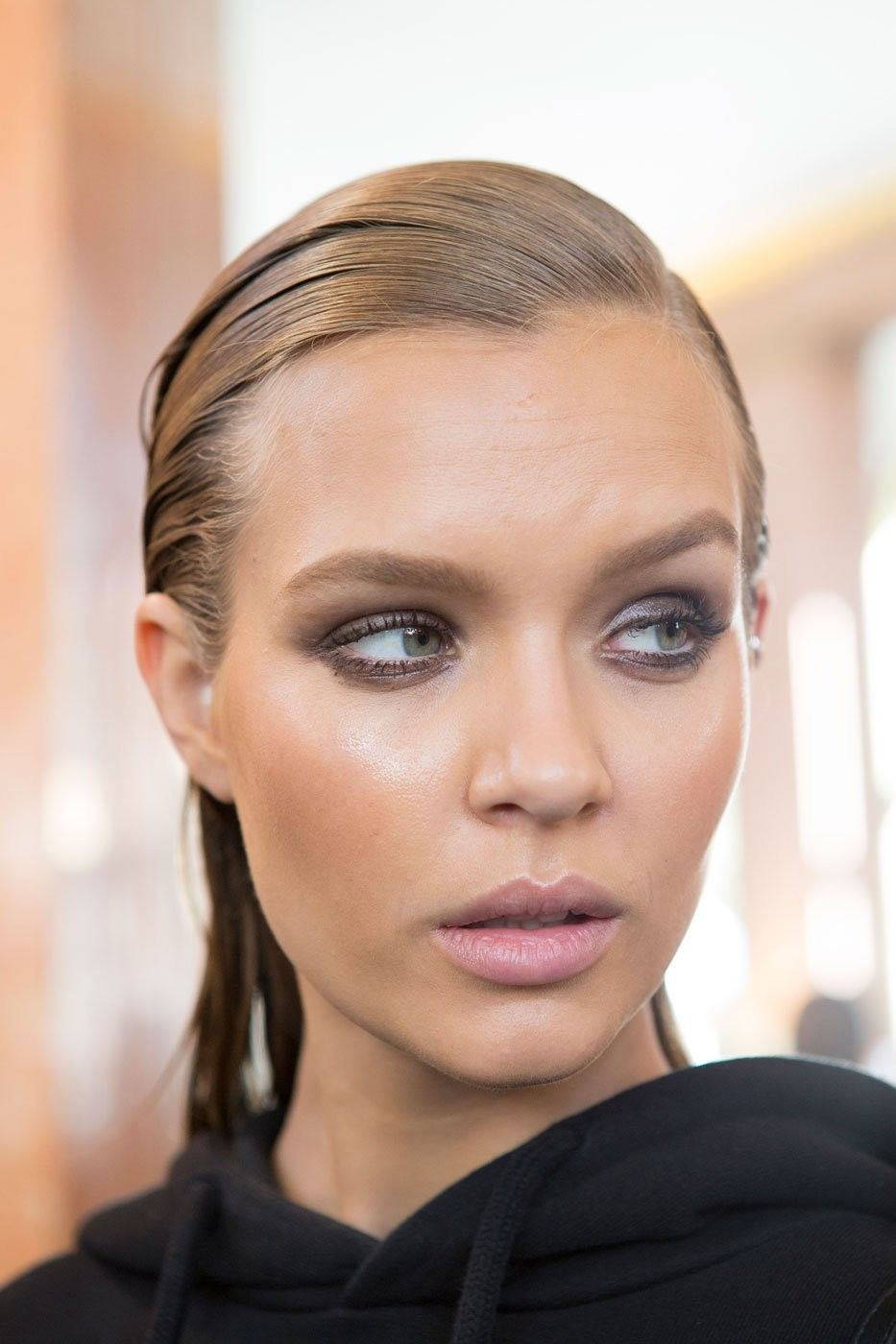 3_the_new_eyeliner_balmain_top_5_beauty_trends_ss_2017_fabulous_muses