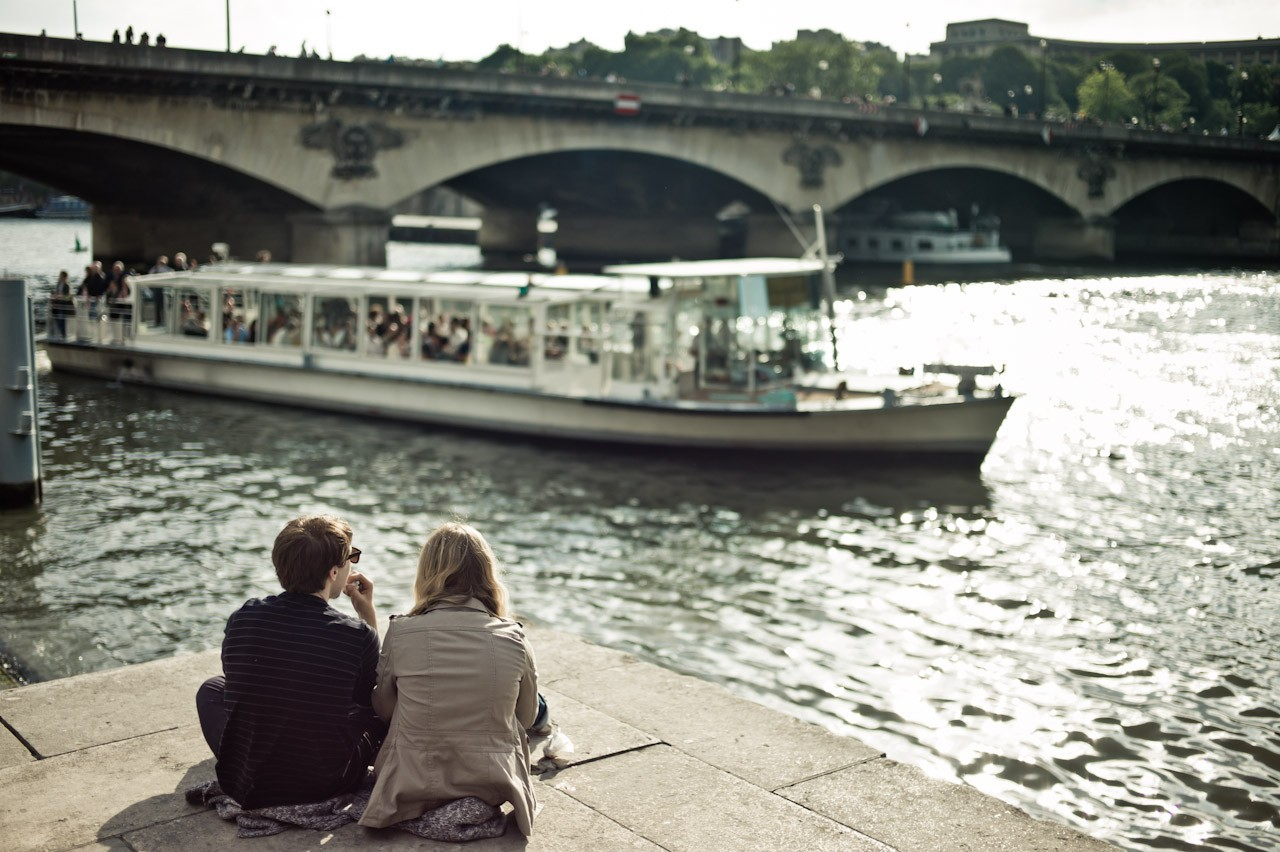 couple trocadero boat seine paris HR